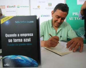 Fabio Freitas Jacques dando autógrafos na Feira do Livro de Porto Alegre 2015